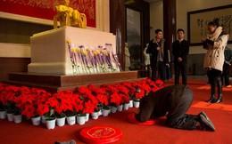 Ảnh ấn tượng: Dân TQ quỳ lạy tượng Mao Trạch Đông bằng vàng ròng