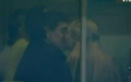 Video: Maradona vui vẻ với bồ trẻ ngay trên khán đài sân Old Trafford