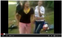 Thêm clip thôn nữ 'lắc' tung trời trên bãi cỏ