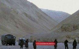 Lính Trung Quốc giăng băng rôn 'chủ quyền' trên đất Ấn Độ