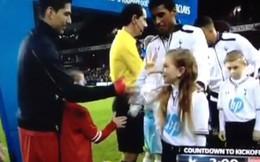 """Suarez bị bé gái """"chọc quê"""" ngay tại White Hart Lane"""