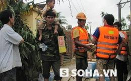 Hình ảnh bộ đội vượt 100 km giúp dân nơi lốc xoáy, lũ dữ đi qua