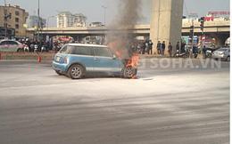 Ô tô cháy ngùn ngụt, mẹ bế 2 con thoát thân