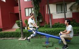 Vợ chồng Hồ Hoài Anh ngồi chơi bập bênh như con nít