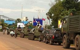 Cận cảnh xe bọc thép và binh sỹ rầm rộ tiến về Phnom Penh