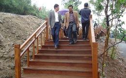 Dòng người đến viếng mộ Đại tướng trên cầu thang gỗ 103 bậc