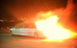 Siêu xe chở cô dâu cháy ngùn ngụt trên đường cao tốc