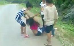 Thiếu nữ đánh nhau, lột đồ giữa đường