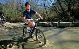 Nghị lực phi thường của chàng trai mù tự mình học đi xe đạp