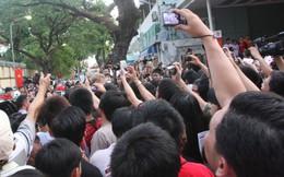 """CĐV Man Utd """"quây"""" Peter Schmeichel tại T.P Hồ Chí Minh"""