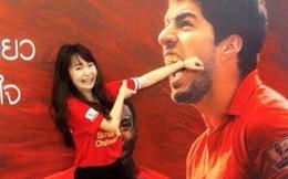 Fan nữ châu Á bị 'ném đá' vì 'nghịch ngợm' hàm răng của Luis Suarez