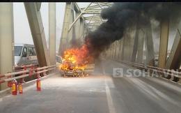 Xế hộp cháy rực trên cầu Chương Dương, 2 người vội lao ra khỏi xe