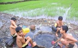 Giếng nước nóng bốc hơi nghi ngút giữa đồng