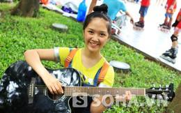 Hoa khôi 16 tuổi xinh xắn tạo dáng bên cây đàn guitar