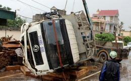 Xe chở gỗ mất lái, một phụ nữ chết thảm