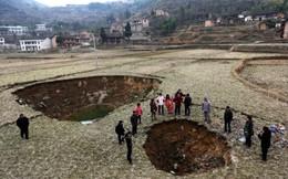 """Trung Quốc: Ngôi làng bị 20 """"hố tử thần"""" bao vây"""