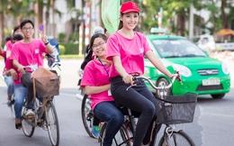Á hậu Nguyễn Thị Loan đi xe đạp, phát tờ rơi