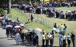 Dân phá rào an ninh vào viếng huyền thoại Mandela