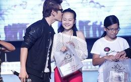 'Tiểu' Angela Phương Trinh bị hôn bất ngờ