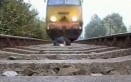 """""""Mây mưa"""" trên đường ray xe lửa, chết tức tưởi"""