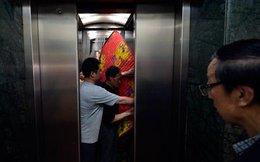 Người Trung Quốc 'ngoan cố' không nhường nhau, thang máy rơi vì quá tải