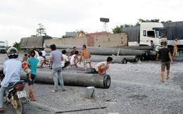 Ninh Bình: Dân tranh nhau 'hôi' xăng từ xe bị tai nạn