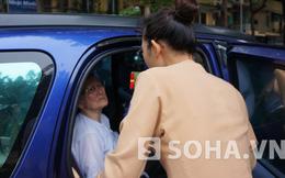Hà Nội: Nữ cảnh sát giao thông đưa bà cụ lạc đường về nhà