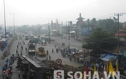 TP.HCM: Xe tải chở gỗ lật nhào trước Khu du lịch Suối Tiên