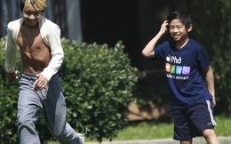 Pax Thiên mặc áo quảng cáo phở Việt chơi bóng đá