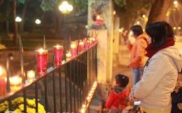 Nến sáng rực trước cổng số nhà 30 Hoàng Diệu