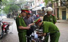 Người ngồi sau không đội mũ bảo hiểm có bị xử phạt không?