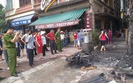 Hà Nội: Cột điện bốc cháy, xe máy cháy rụi