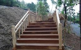 Cầu thang gỗ uốn mình vững chãi tại nơi an nghỉ của Đại tướng