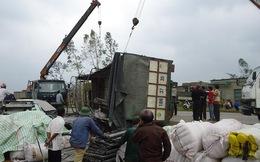 Xe tải lật nhào, 3 người thoát chết trong gang tấc