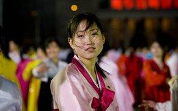 Những chuyện kỳ lạ ở Triều Tiên: Không đeo huy hiệu lãnh tụ như không mặc quần áo