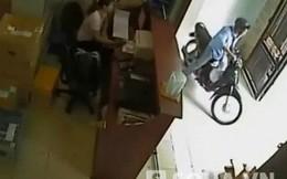 Video: Táo tợn bẻ khóa, trộm xe máy trước mặt cô gái
