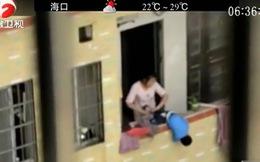 Hãi hùng cảnh mẹ trẻ túm chân con dốc ngược ra cửa sổ tầng 7