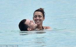 """Vợ chồng cựu sao Man United làm trò """"nhảy cảm"""" dưới nước"""