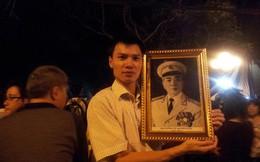 Đêm cuối, người dân ôm di ảnh Đại tướng vào trái tim và khóc...