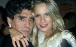 Tiễn tình cũ vào tù, Maradona yên tâm ôm ấp tình mới
