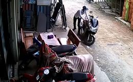 """Tên trộm """"nghiệp dư"""" khó nhọc phá khóa trộm xe máy"""