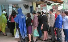 Người Hà Nội xếp hàng dài chờ mua bánh trôi, bánh chay