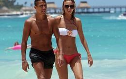 """""""Bơ"""" Arsenal, Sanchez du hý cùng bồ nóng bỏng"""
