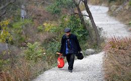 Cụ ông 88 tuổi mỗi ngày đi bộ 10km đến thăm mộ vợ