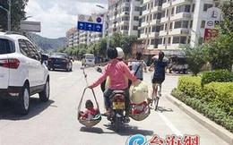 Bức ảnh mẹ gánh 2 con đi xe máy khiến người xem thót tim