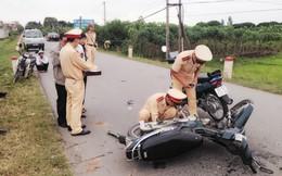Lao thẳng xe máy vào nhau cả hai cùng đi cấp cứu