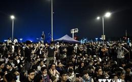Ẩu đả bùng phát tại Hồng Kông, cảnh sát phải lập lá chắn sống