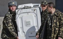 ẢNH: Lính Ukraine vác TV, máy giặt rời căn cứ ở Crimea