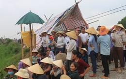 Dân chặn cổng yêu cầu di dời trang trại heo