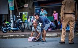 Cảm động chàng thanh niên bế ông cụ qua đường